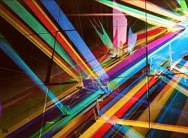 玻璃与灯光打造出绚丽的彩虹装置