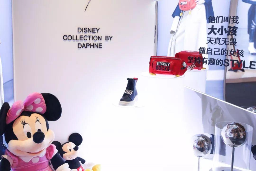 达芙妮联合周笔畅以及迪士尼米奇90周年活动快闪