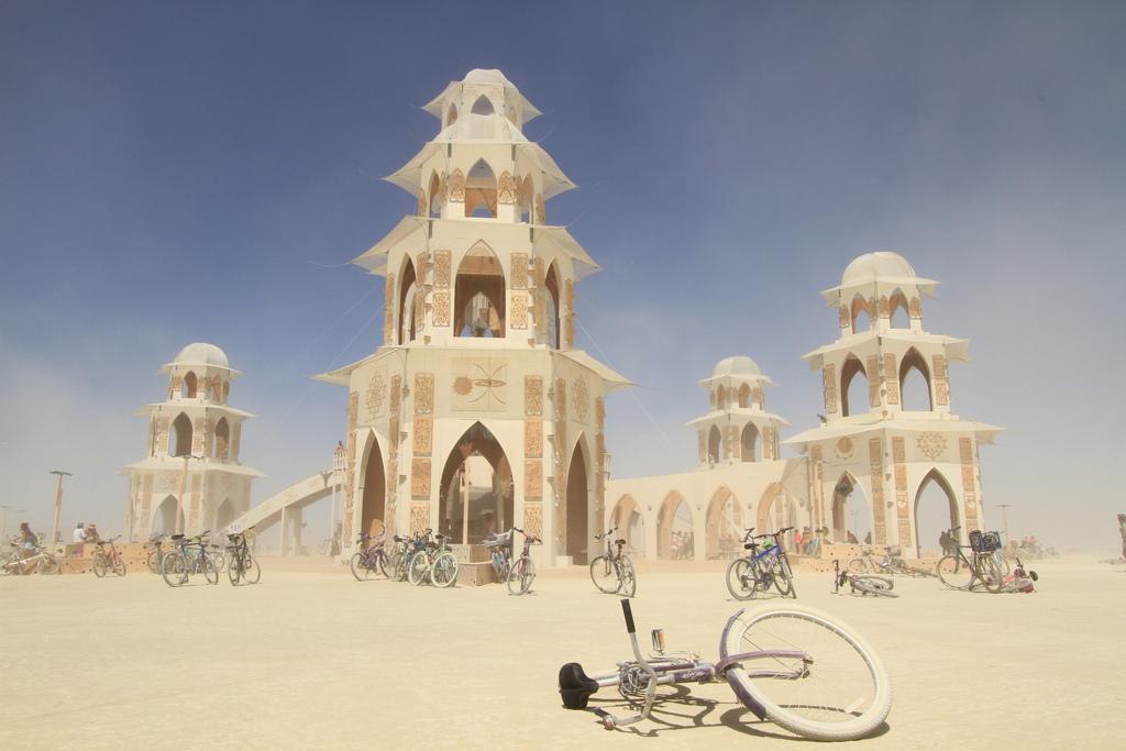 一座沙黄色的沙漠城堡——它不是海市蜃楼.