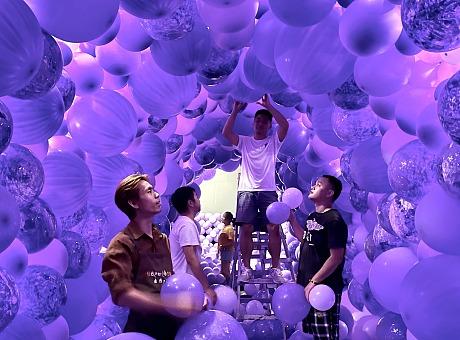 南山酒吧街开业气球隧道网红打卡点布置气球渲染网红美陈隧道