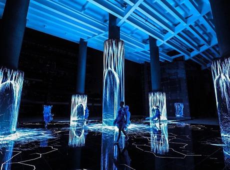 广美新媒体服装艺术展演《屏视世界:融合与聚变》