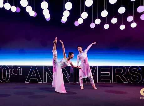 荣耀二十年答谢晚宴LED矩阵球结合创意舞蹈开场表演